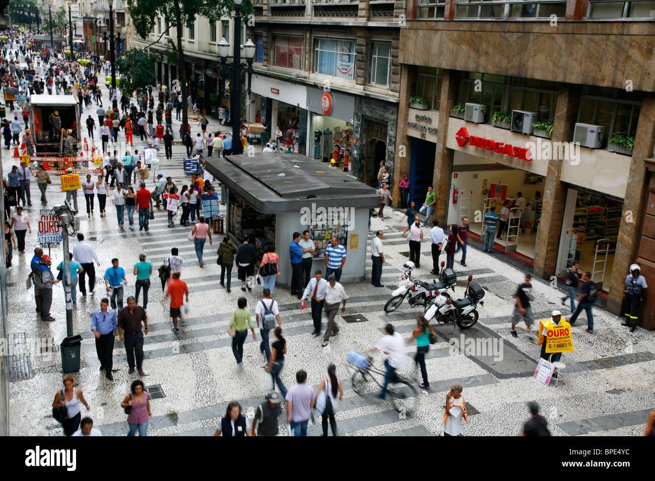 Gente caminando por una calle peatonal de compras en el centro de Sao Paulo, Brasil. Imagen De Stock