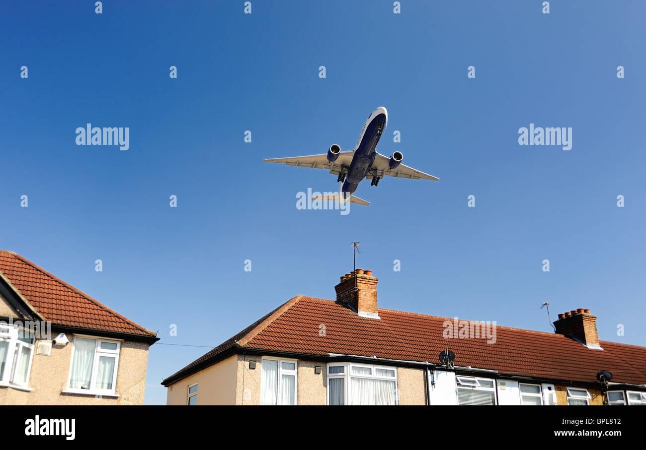 British Airways avión volar a baja altura en casa antes de aterrizar Imagen De Stock