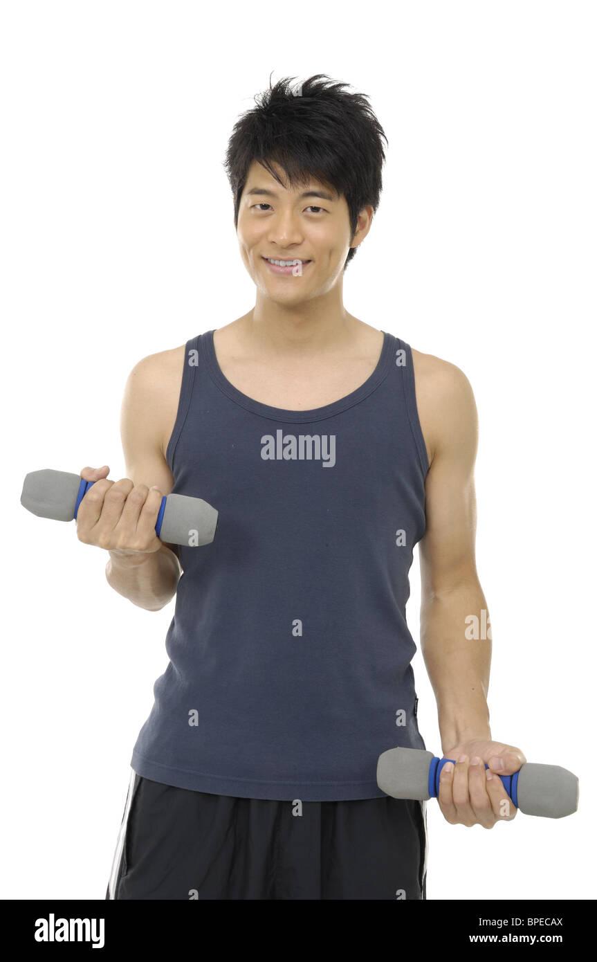 Un hombre joven levantando pesas sobre fondo blanco. Imagen De Stock