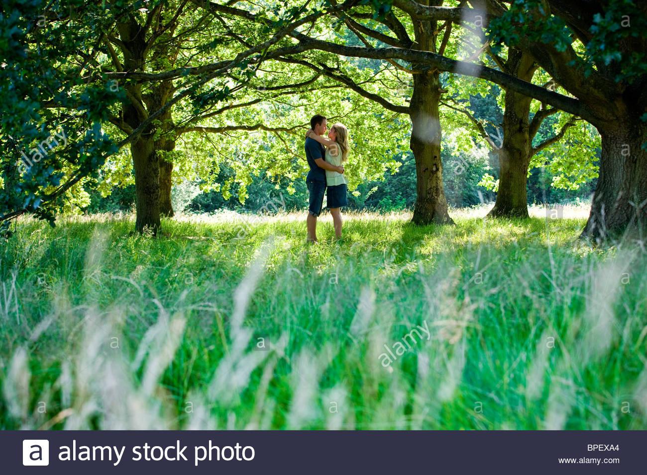 Una pareja de jóvenes en el campo abrazando Imagen De Stock