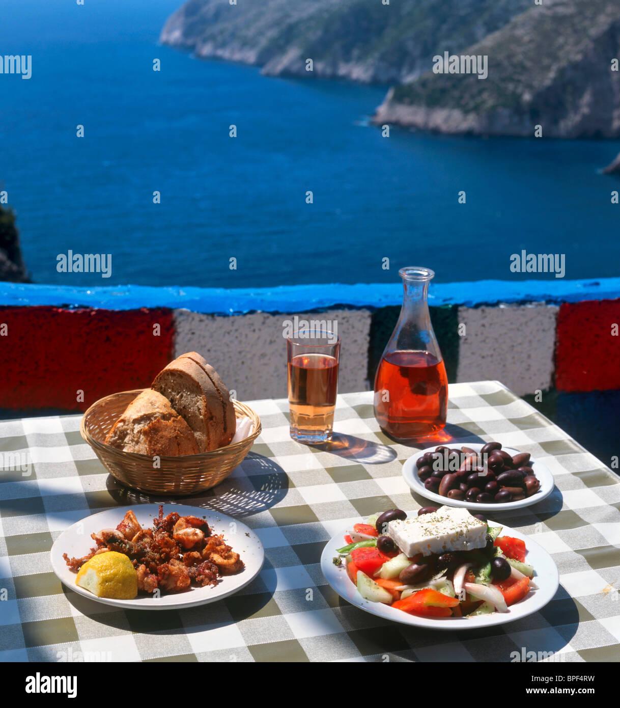 Vino y comida griega en una taberna en Kambi, Zakynthos (Zante), las Islas Jónicas, Grecia Imagen De Stock