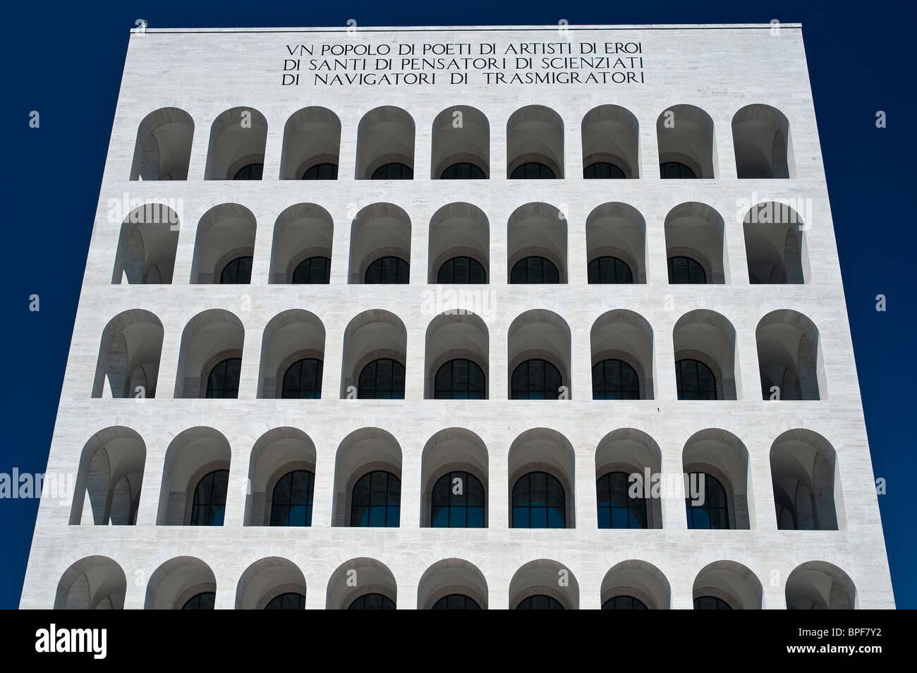 Palazzo della Civiltà Italiana edificio, icono de la arquitectura fascista, distrito EUR, Roma, Italia Imagen De Stock