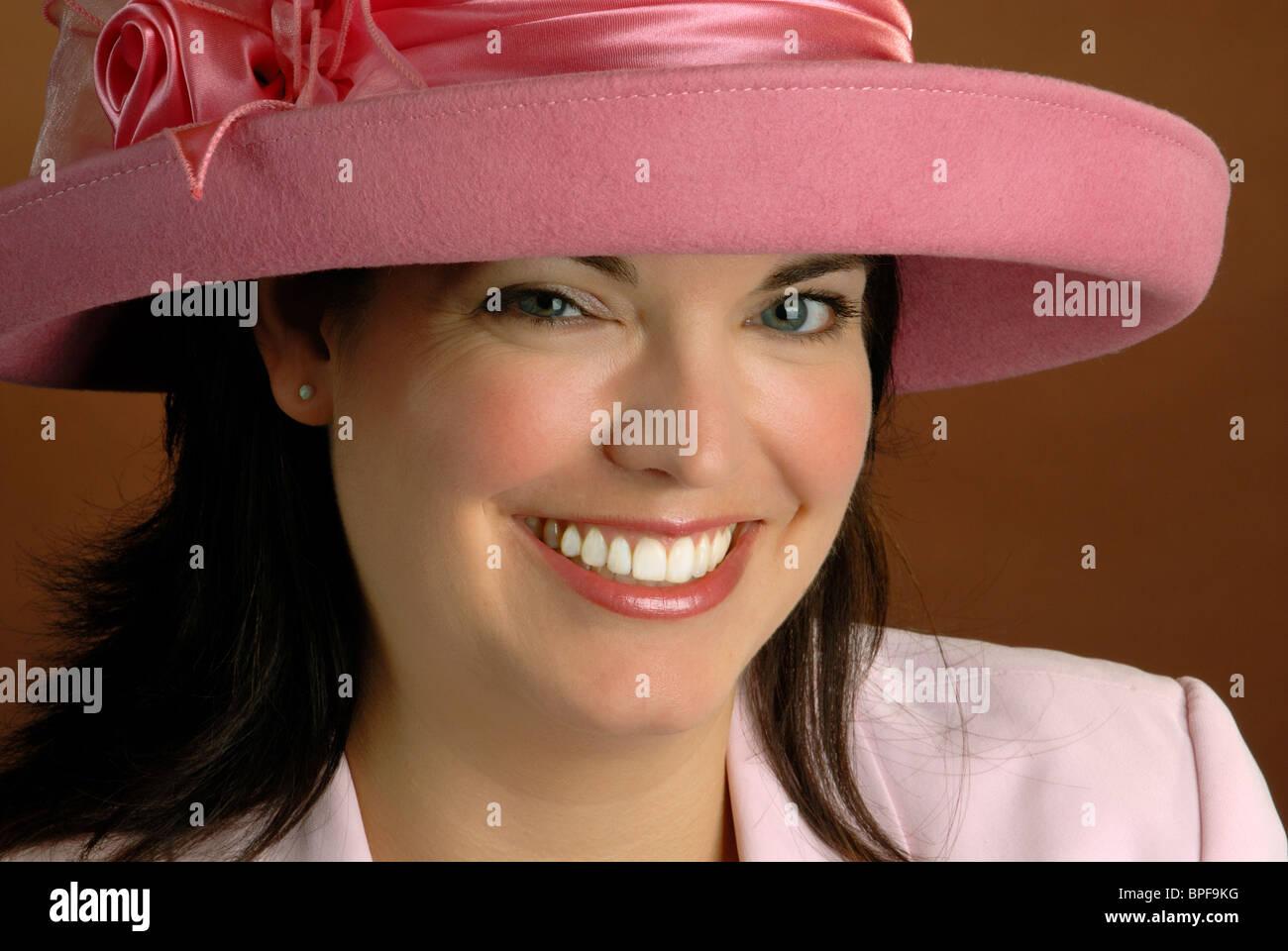 Atractiva mujer joven con un Sombrero de estilo Ascot Rosa Imagen De Stock ad536e2f13d5