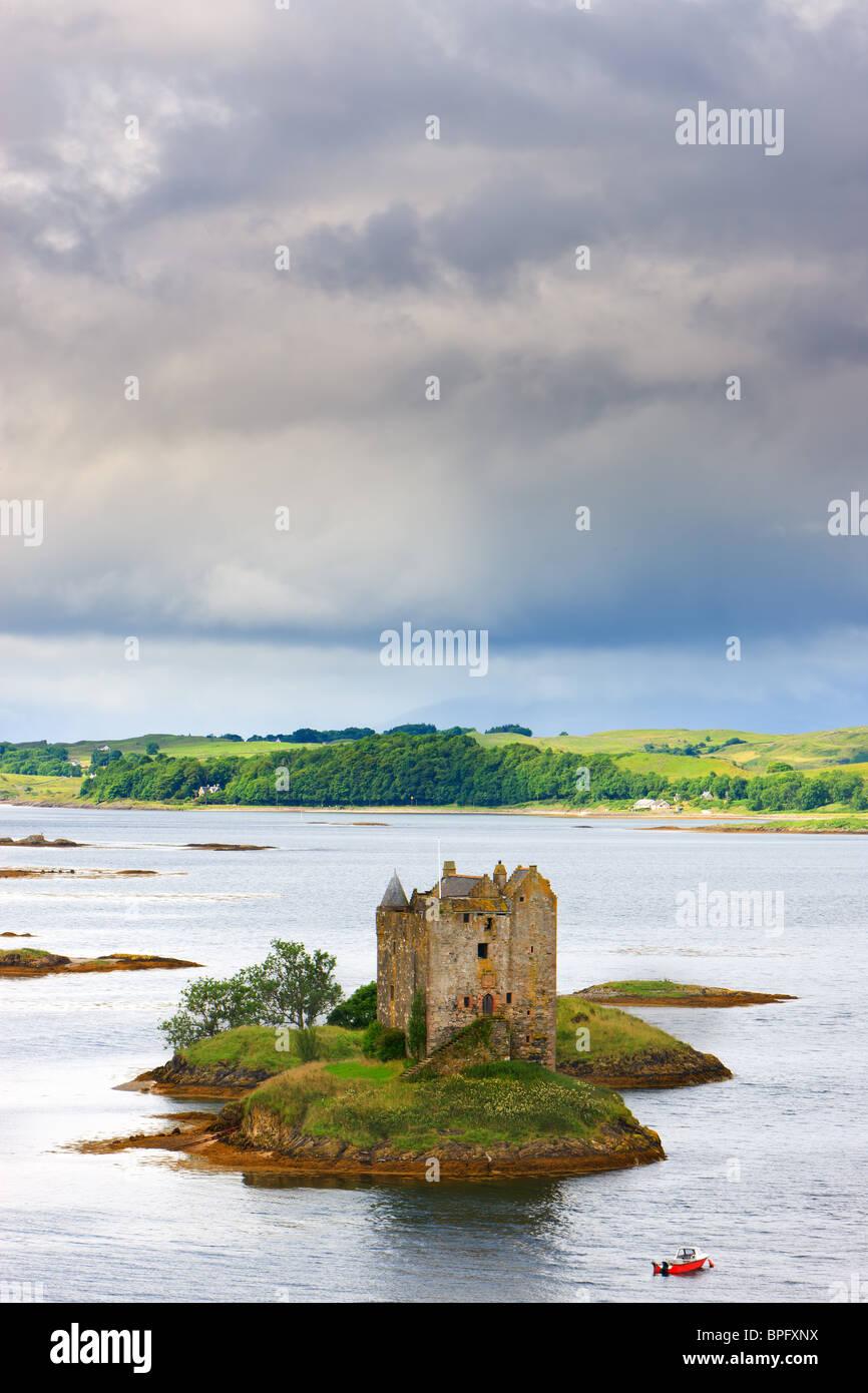 Castle Stalker es una casa torre de cuatro pisos o mantener pintorescamente situado sobre un islote de mareas en Foto de stock