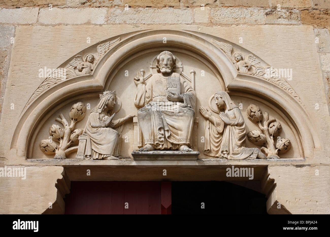 Tallado en piedra caliza religiosa en la Basílica de Sainte Madeleine de Vezelay, Borgoña, Francia. Imagen De Stock