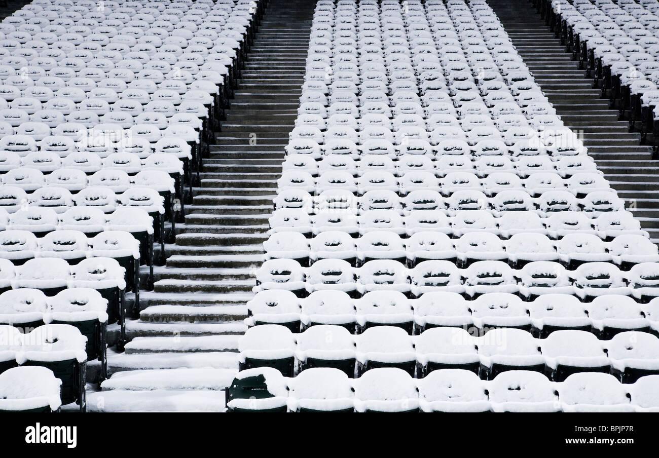 Los asientos del estadio vacío cubierto de nieve Imagen De Stock