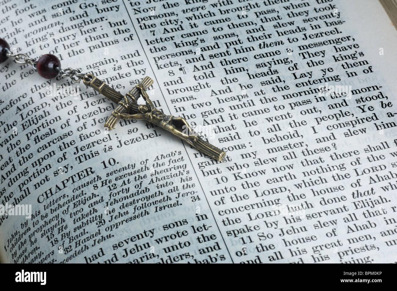 Biblia con Rosario - John Gollop Imagen De Stock