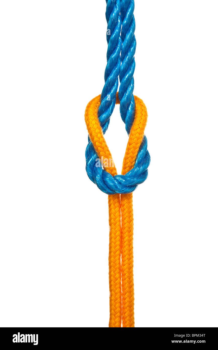 Dos diferentes cuerdas atadas con un nudo llano o nudo cuadrado - sobre un fondo blanco. Imagen De Stock
