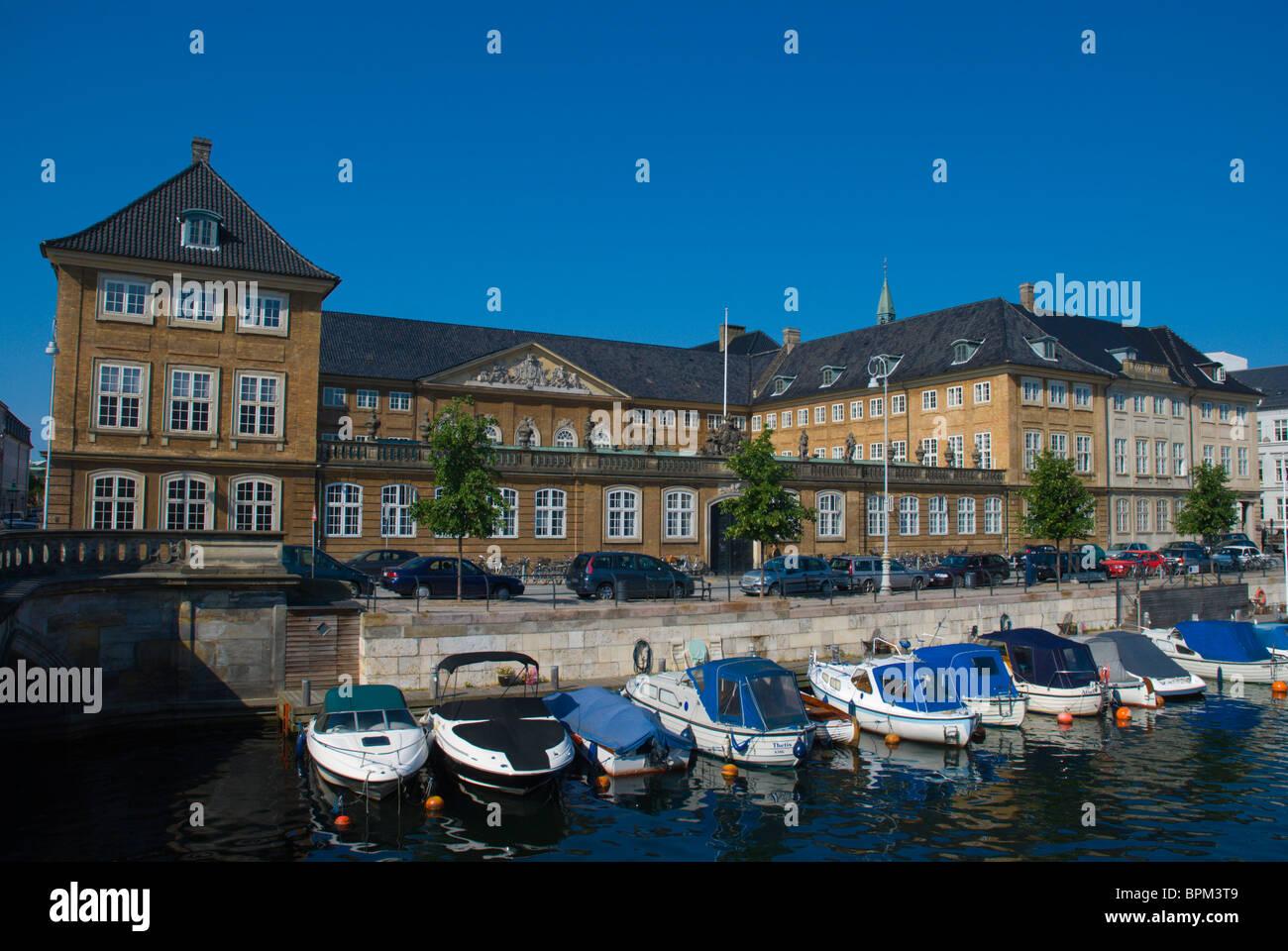 Parte posterior de Nationalmuseet Museo nacional a lo largo de un canal en la isla de Slotsholmen Frederiksholms Copenhague Dinamarca Europa central Foto de stock