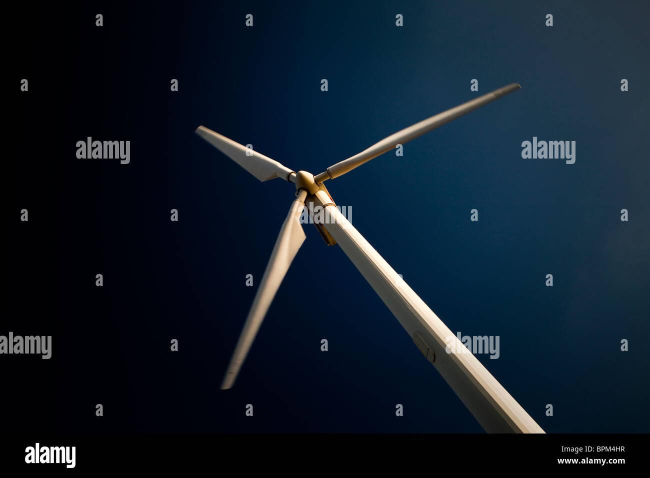 Turbina eólica moderna contra el cielo azul Imagen De Stock