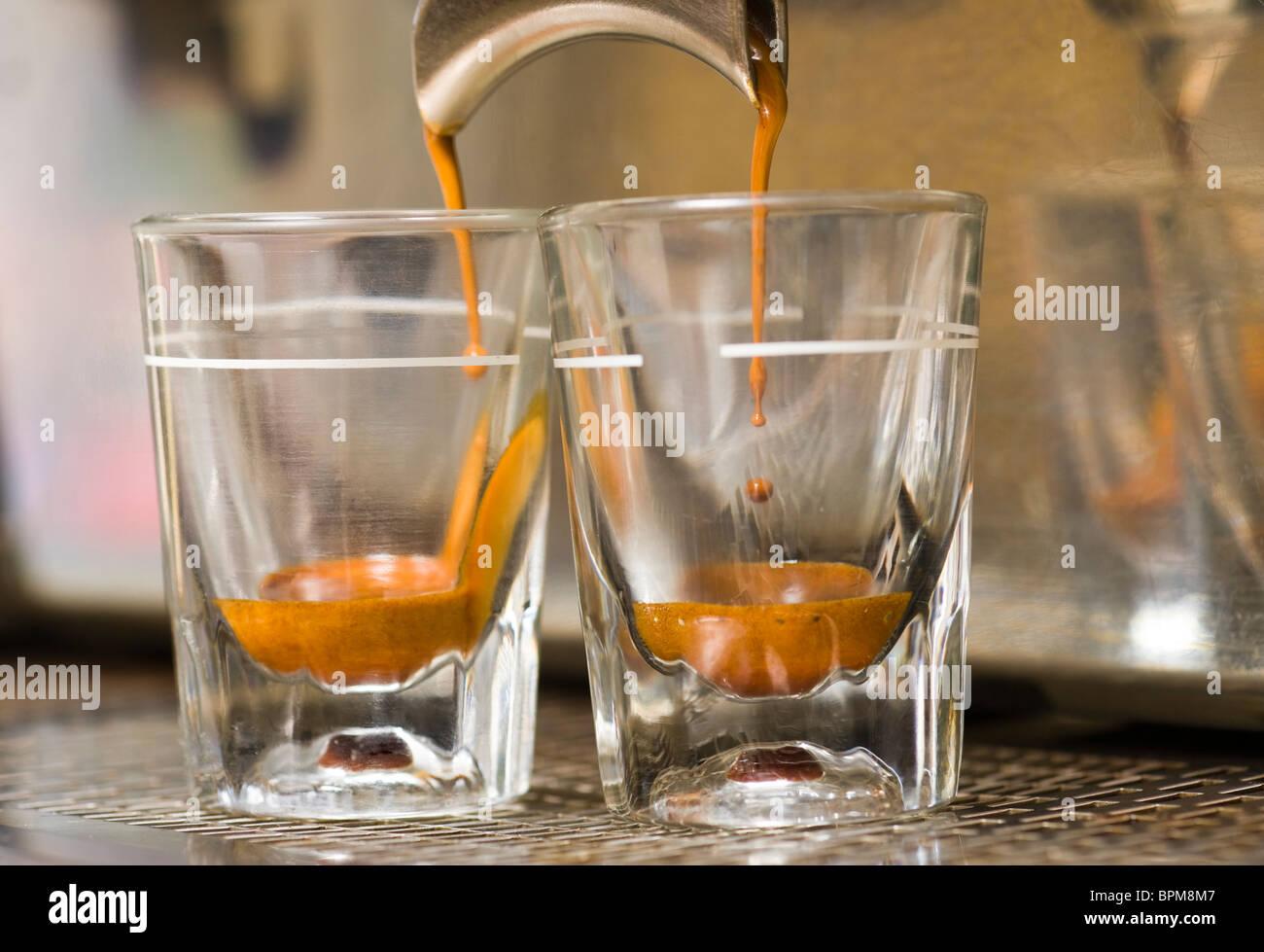 El espresso gotea desde una máquina espresso. Imagen De Stock