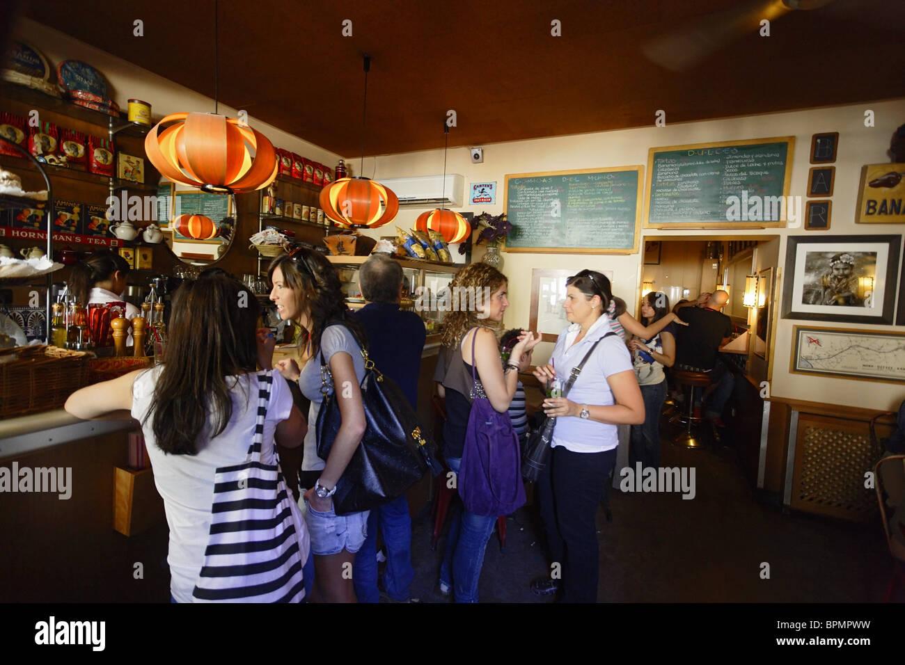 Los huéspedes dentro de un bar de tapas, en la Plaza de la paja, Madrid, España Imagen De Stock