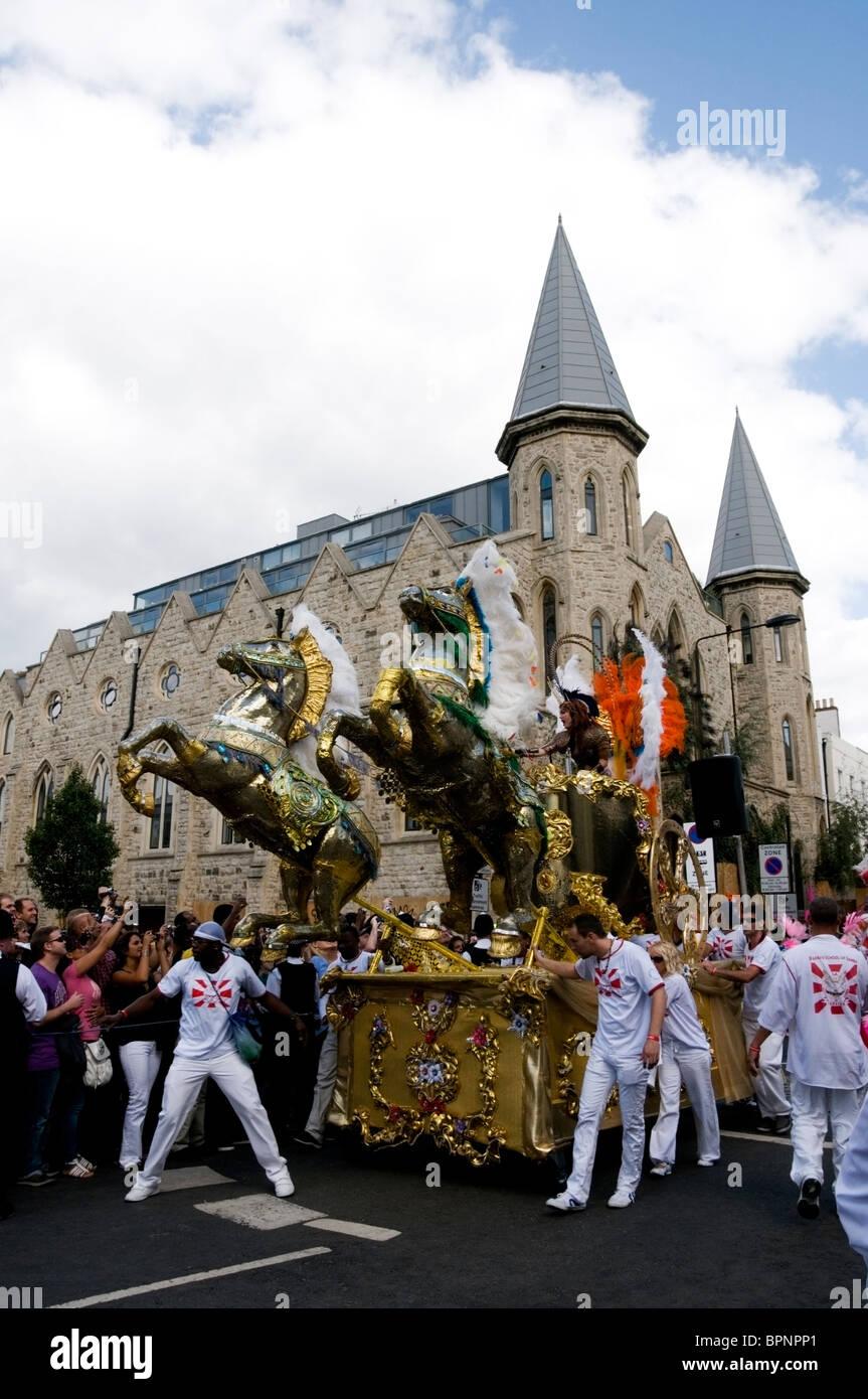 Paraiso festival reina carro con caballos fuera Iglesia Westbourne Grove, Notting Hill Carnival 2010, Londres, Inglaterra, Imagen De Stock