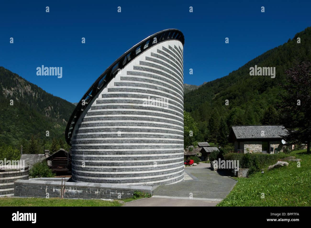 Iglesia de San Giovanni Battista, desigend por arquitecto estrella Mario Botta en Mogno, Tesino, Suiza Foto de stock