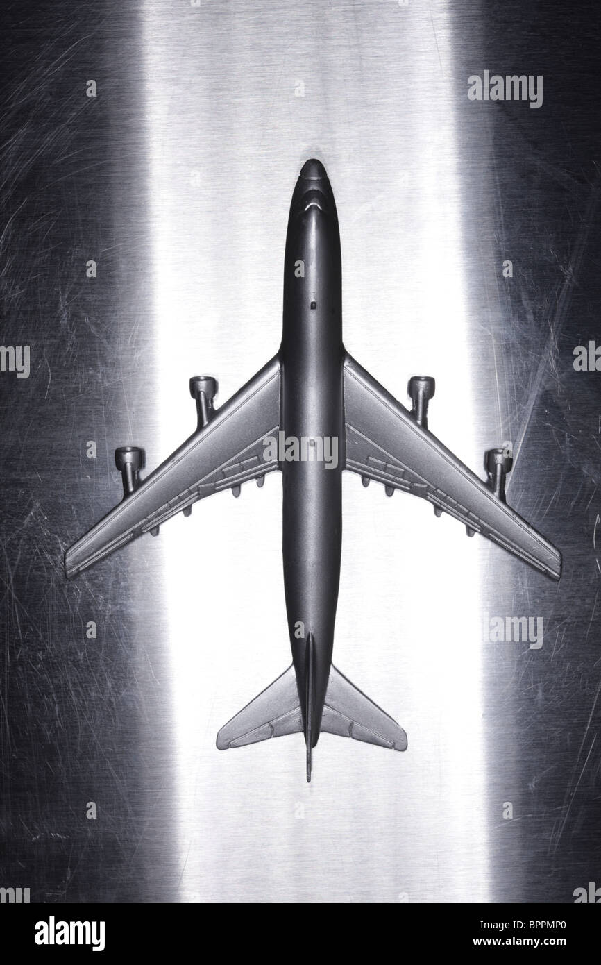 Avión de juguete de metal sobre la superficie metálica Imagen De Stock