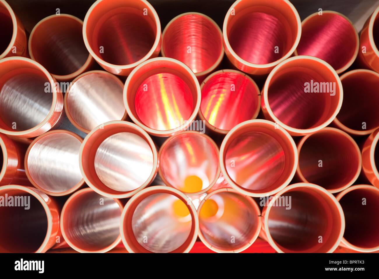 Tubos de PVC marrón apilados en sitio en construcción Imagen De Stock