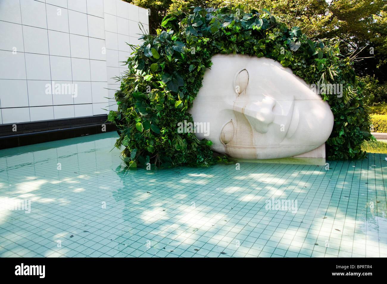 """""""Mujer Llorando"""" por Françoise Xavier & Claude Lalanne - El Museo al Aire Libre de Hakone Foto de stock"""