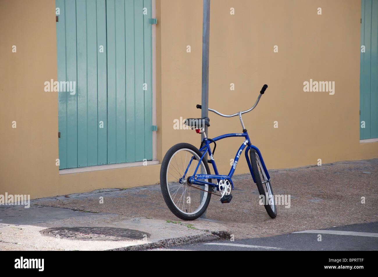 Bicicleta Azul aparcado en la acera Imagen De Stock