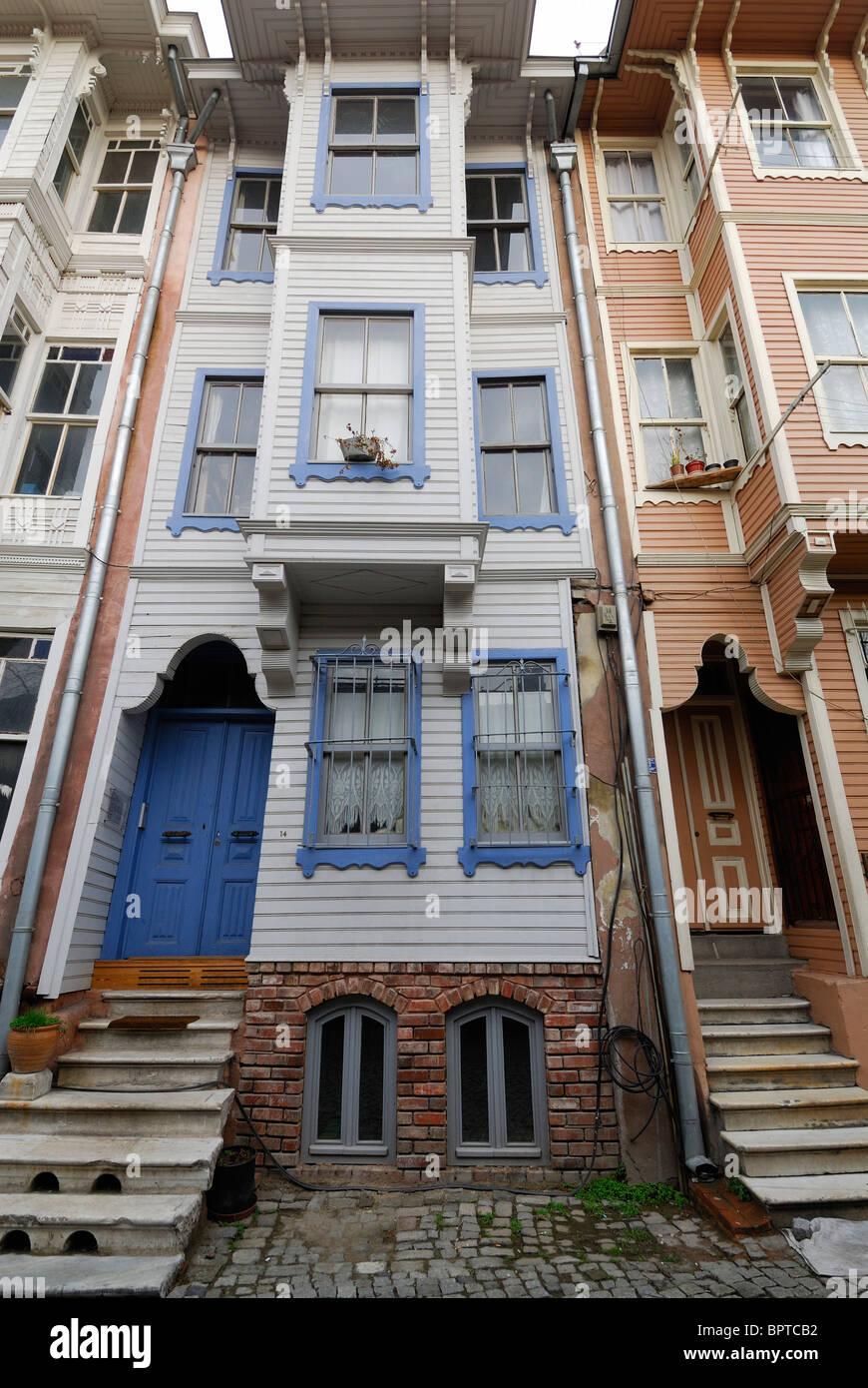 Estambul. Turquía. Era otomana tradicionales edificios de madera en el distrito de Suleymaniye. Imagen De Stock