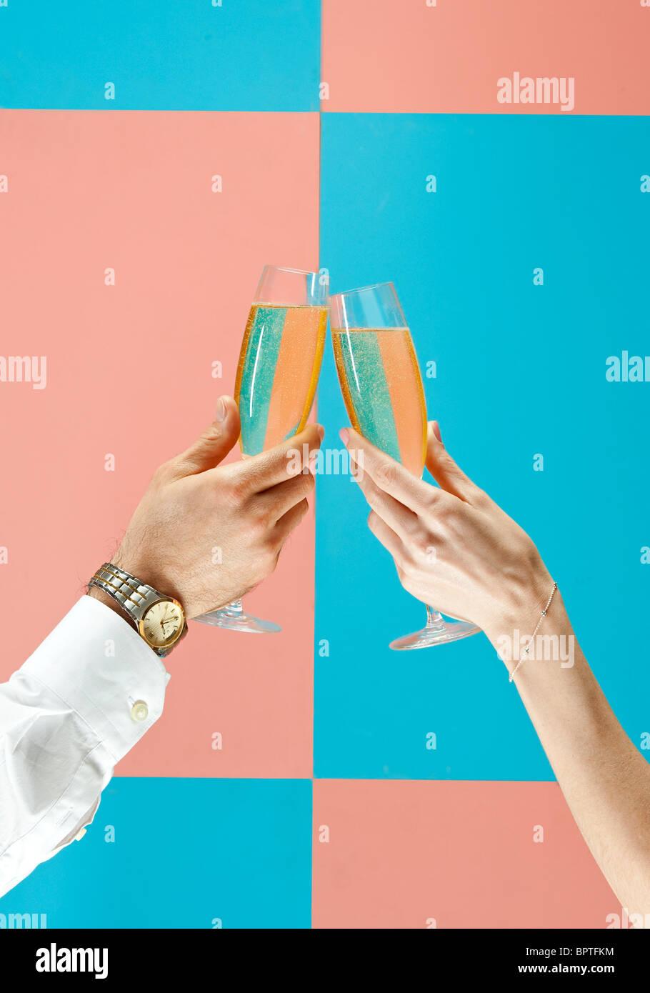 Hombre y mujer brindis champagne Foto de stock