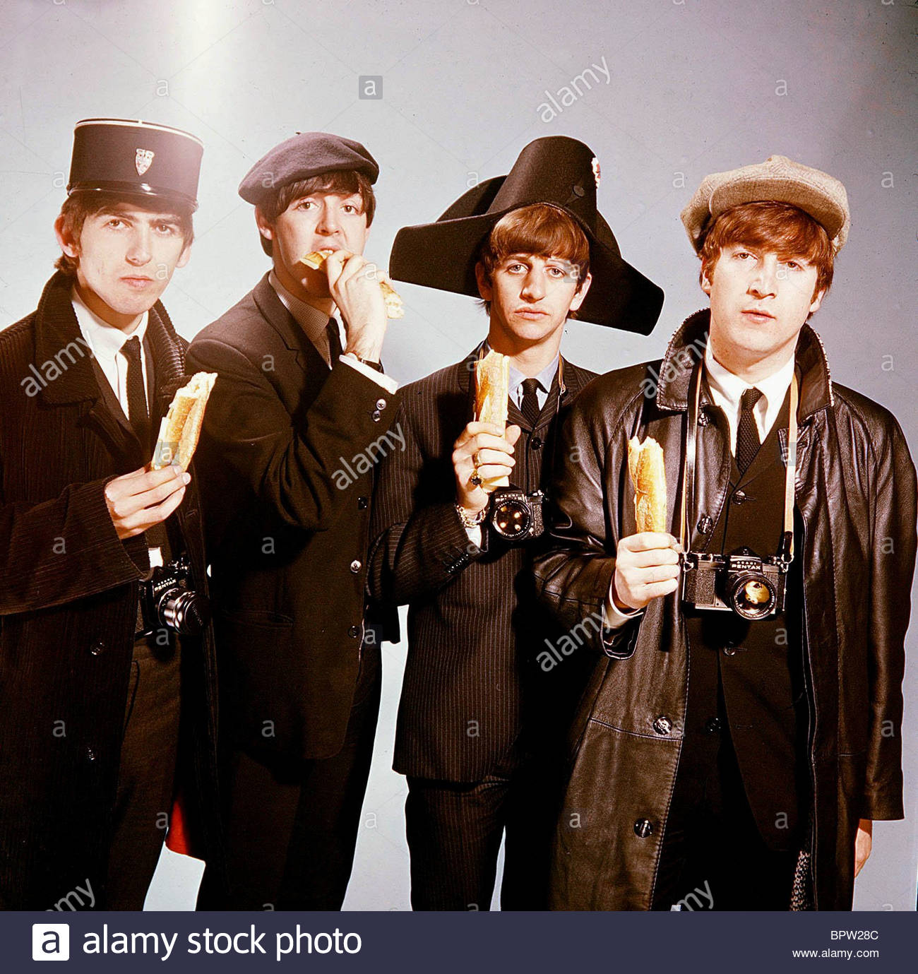 GEORGE HARRISON PAUL MCCARTNEY Ringo Starr & JOHN LENNON THE BEATLES (1964). Imagen De Stock