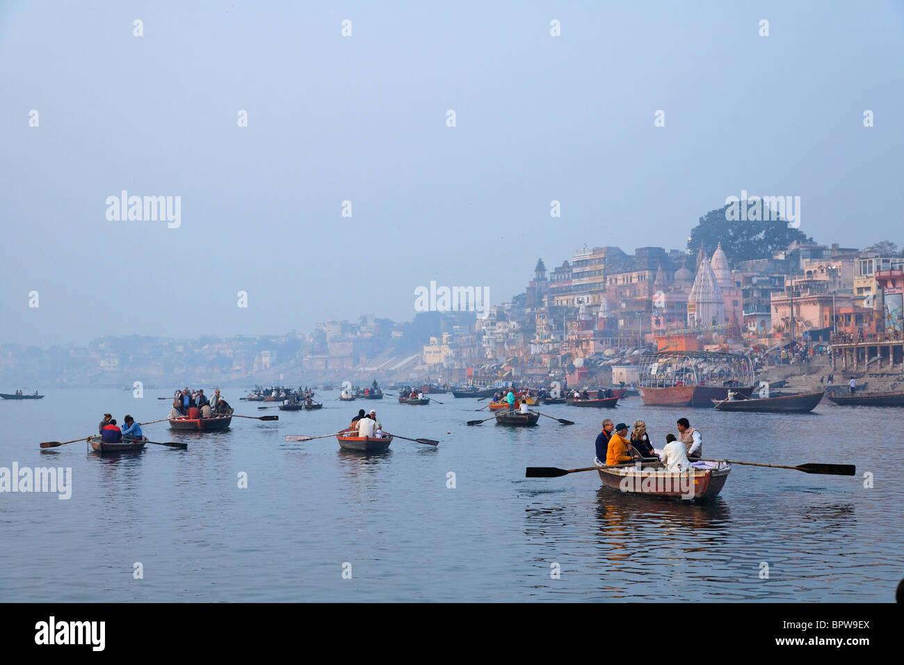 Los barcos turísticos, el río Ganges, Varanasi, India Imagen De Stock