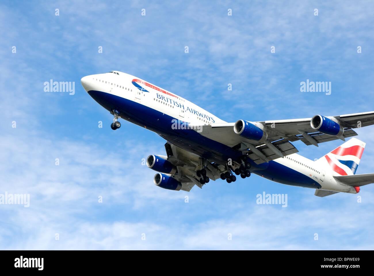 Avión de pasajeros de British Airways volando contra el cielo azul Foto de stock