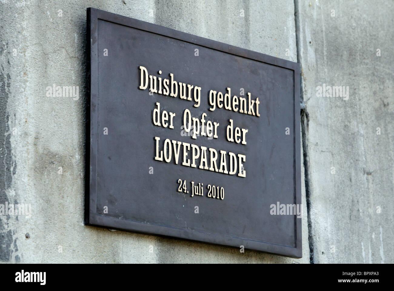 Duisburgo, Alemania, Loveparade 2010: placa de memoria donde una tragedia ocurrió cuando el 24 de julio de Imagen De Stock