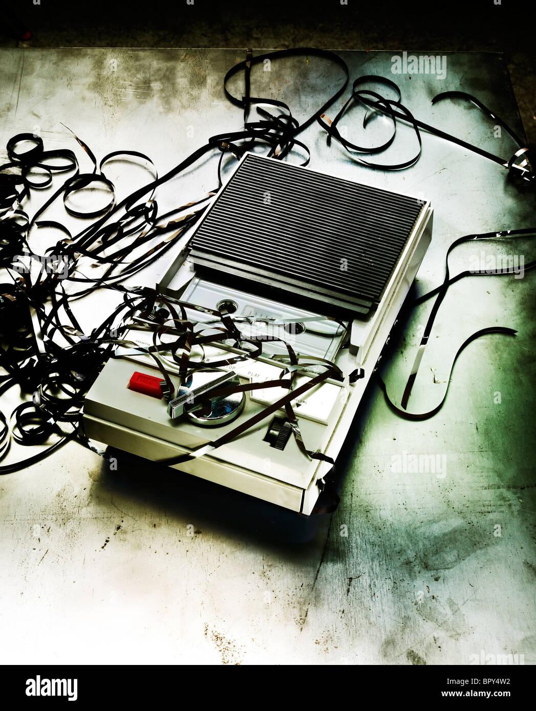 Vintage vieja grabadora de cintas con cintas codifica shot en angustiado fondo metálico Imagen De Stock