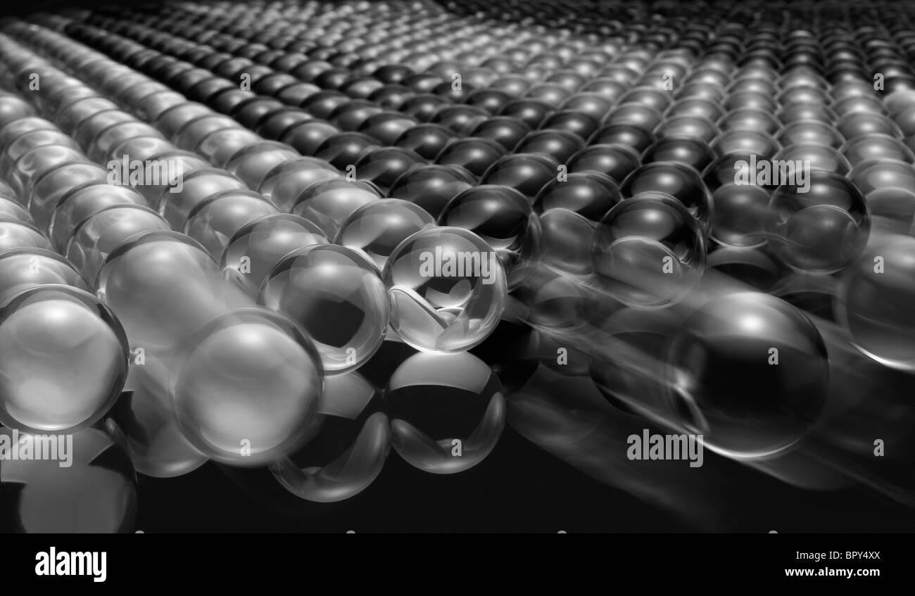 Ejército de vidrio/Chrystal bolas creando una forma geométrica. Algunas bolas de vidrio en movimiento creando un punto focal en la composición. Foto de stock