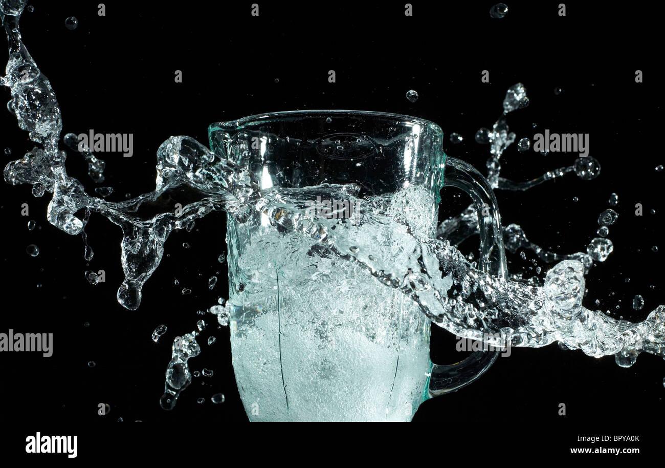 Salpicaduras de agua dinámicos sobre un fondo negro Foto de stock