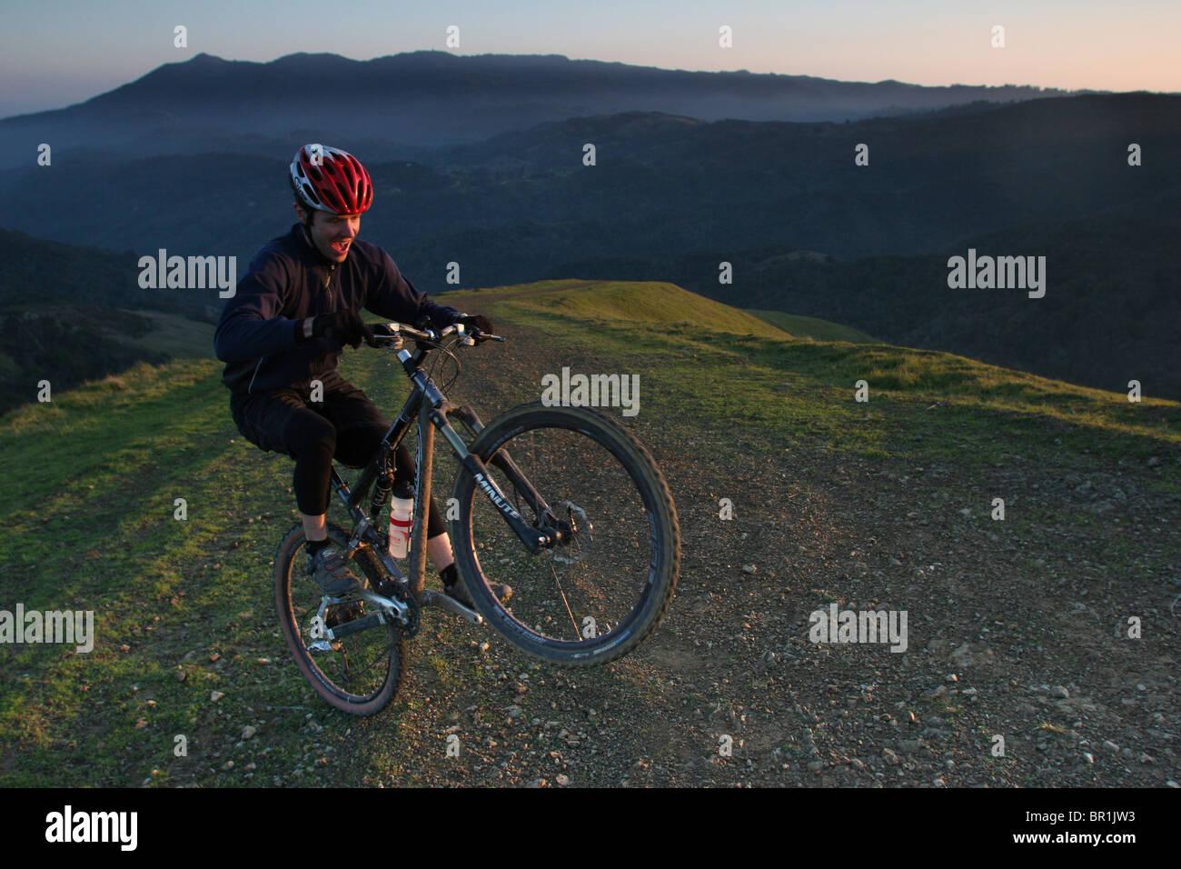 Un ciclista de montaña aparece un dulce caballito sobre blanco's Hill, justo al norte del Monte Tamalpais, la cuna Foto de stock