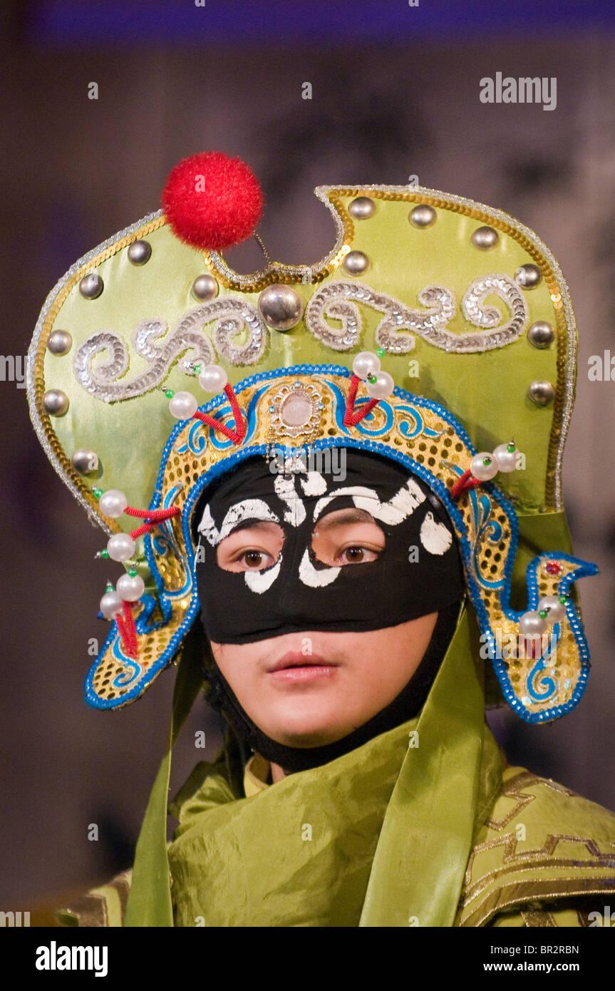 Cara cambiando el actor realiza en Sichuan opera en Shufenyayuan Tea House, Chengdu, provincia de Sichuan, China Imagen De Stock