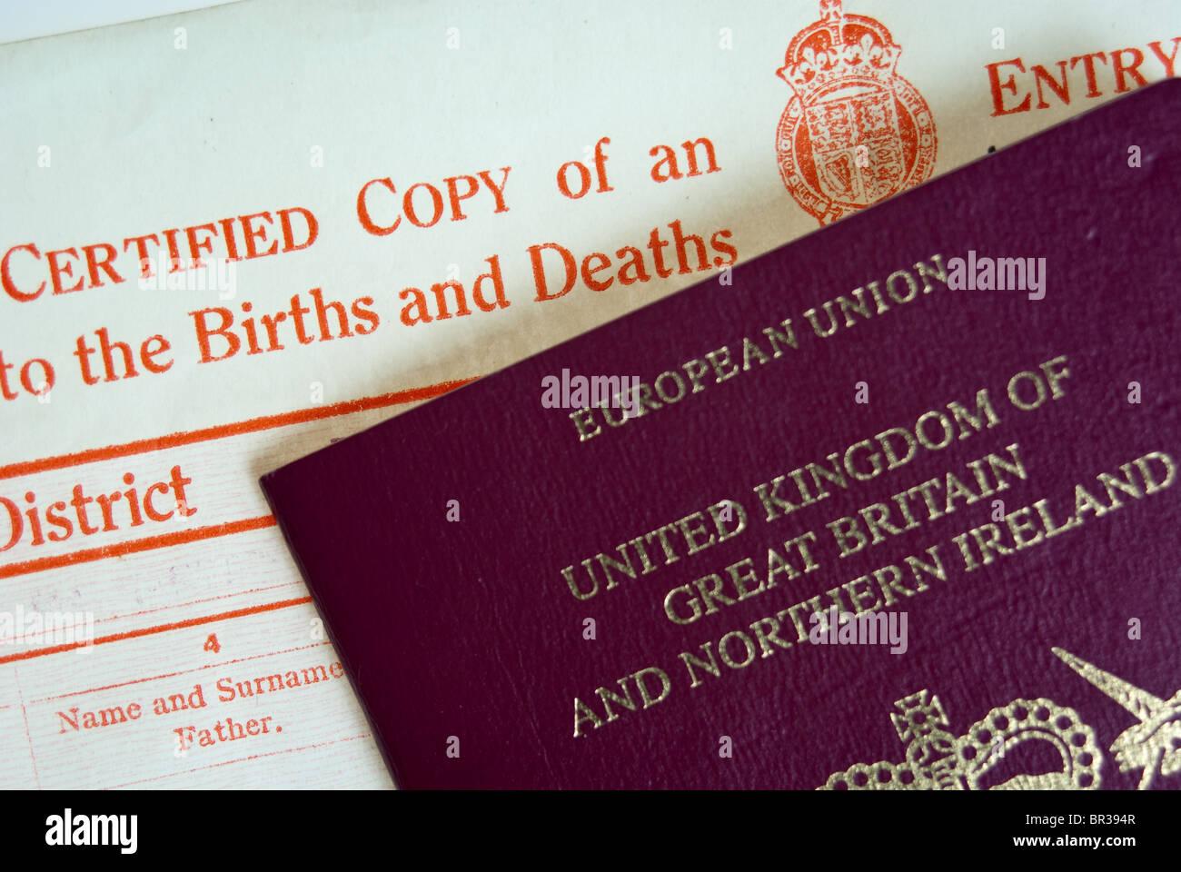Certificado de Nacimiento y un pasaporte británico Foto & Imagen De ...