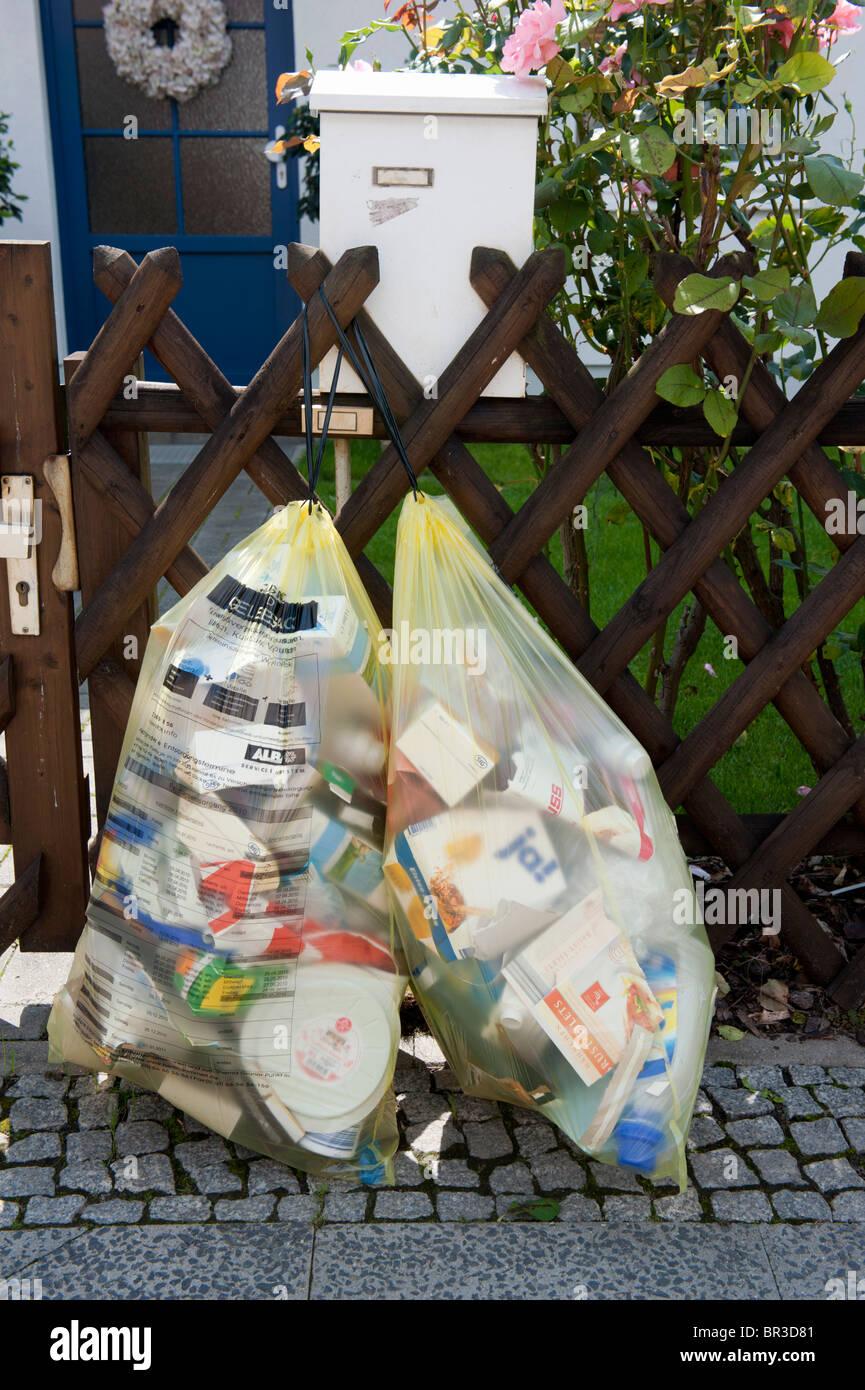 Los residuos domésticos se clasifican en sacos de reciclaje fuera de casa en Berlín, Alemania Imagen De Stock