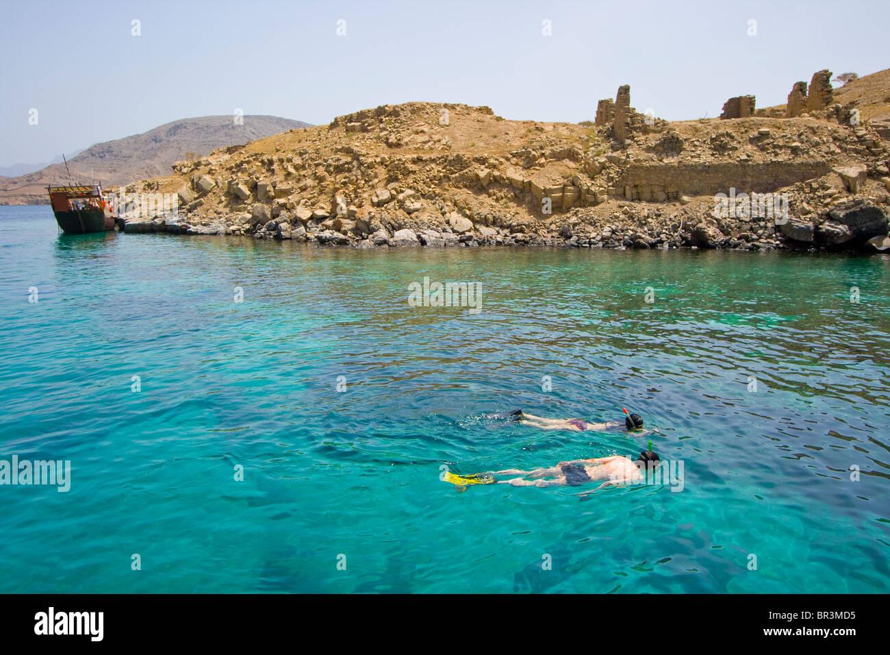 Pareja de turistas Snorkeling en Telegraph isla en la pensinsula Musandam en Omán Imagen De Stock