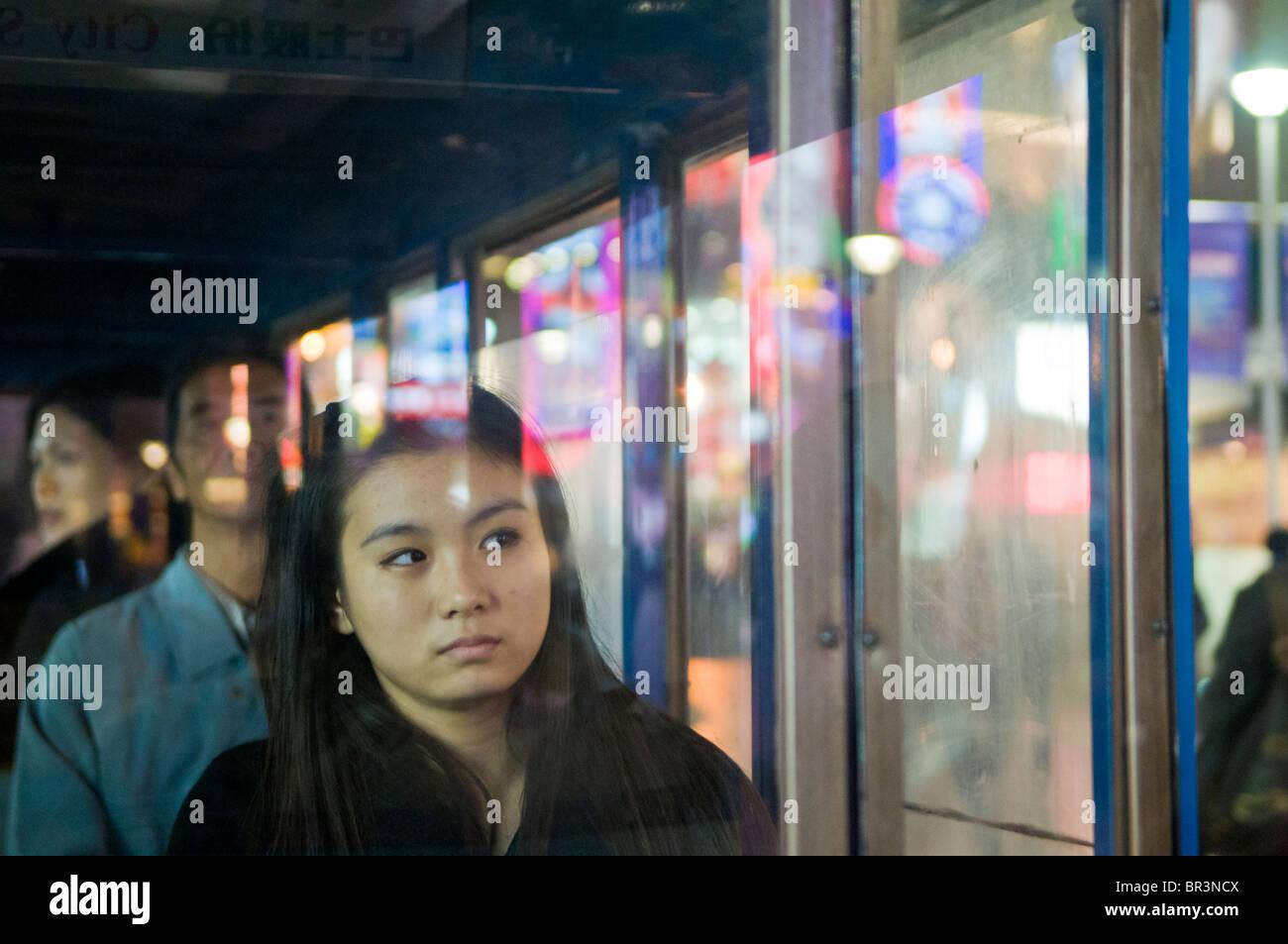 Joven, paseos en tranvía, la calle peatonal de Nanjing, Shanghai, China Imagen De Stock