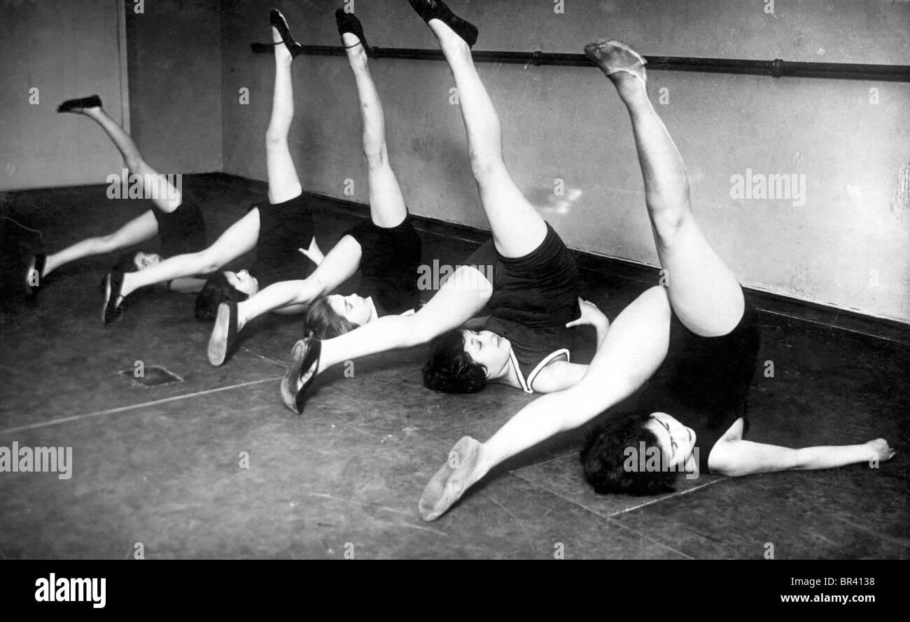 Imagen histórica, las mujeres haciendo gimnasia, ca. 1928 Imagen De Stock