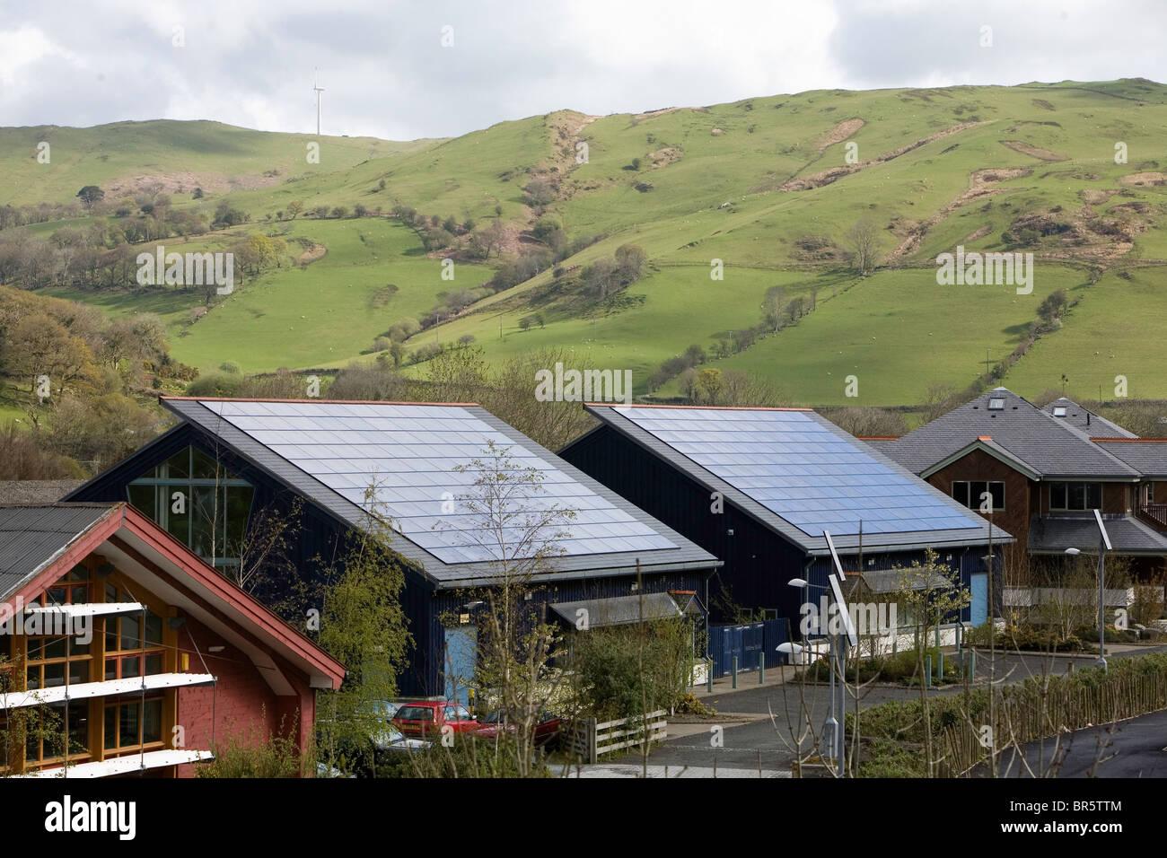 Techos revestidos con paneles de energía solar fotovoltaica en Dyfi Eco Park, Machynlleth, Gales. Imagen De Stock