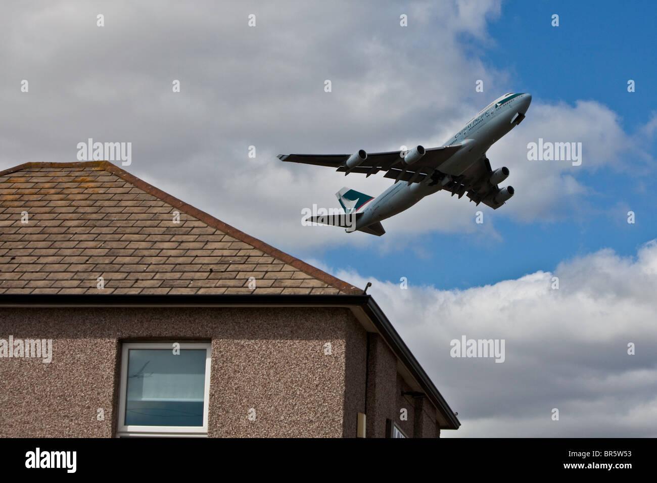 Un avión despegando desde el aeropuerto londinense de Heathrow y sobrevolando la zona de Hatton Cross Hounslow Imagen De Stock