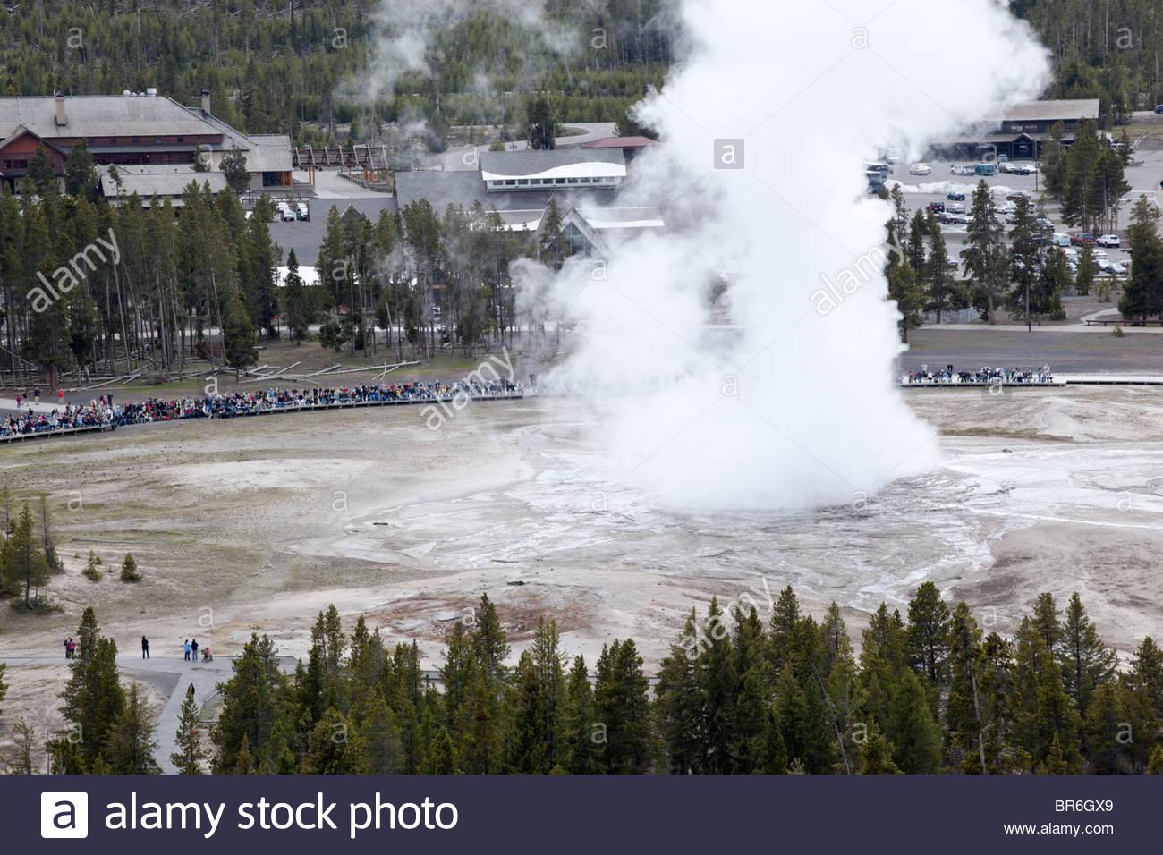 Old Faithful Geyser erupción desde el punto de observación, el Parque Nacional Yellowstone, Wyoming Imagen De Stock