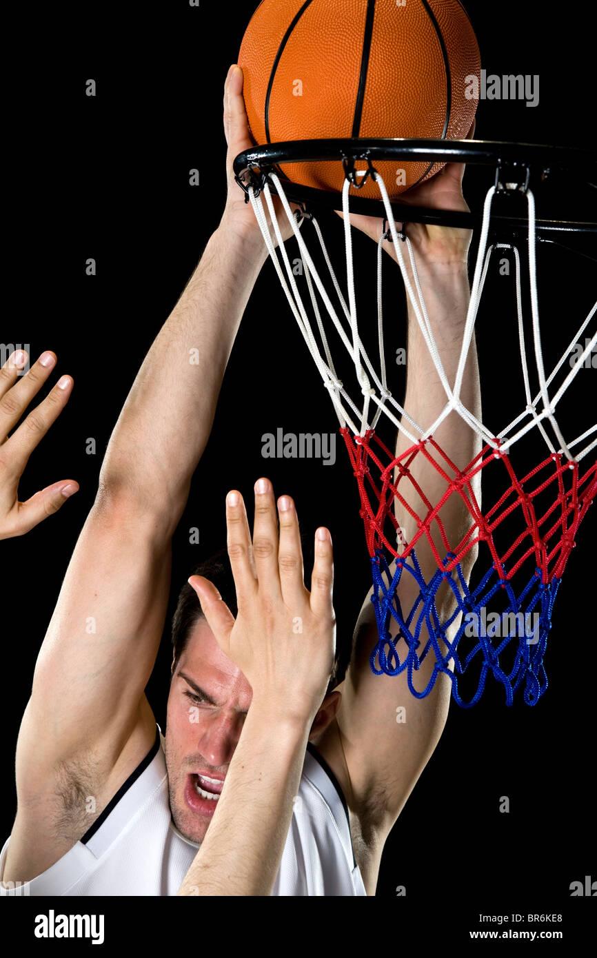 Un jugador de baloncesto intentando hacer una cesta, Foto de estudio Foto de stock