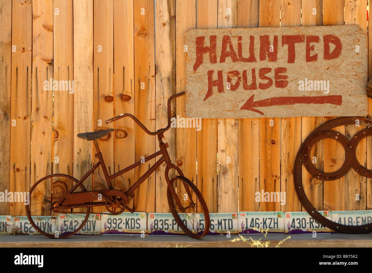'Casa embrujada' y bicicletas. Imagen De Stock
