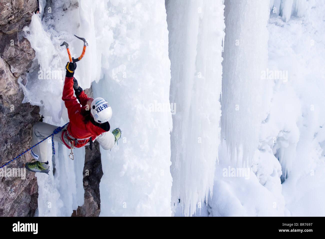 Mujer de escalada en hielo Colorado Imagen De Stock