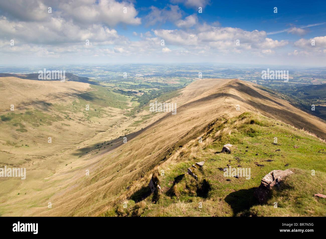 Ventilador y grande; Brecon Beacons; mirando a lo largo de la cresta hacia Brecon Imagen De Stock