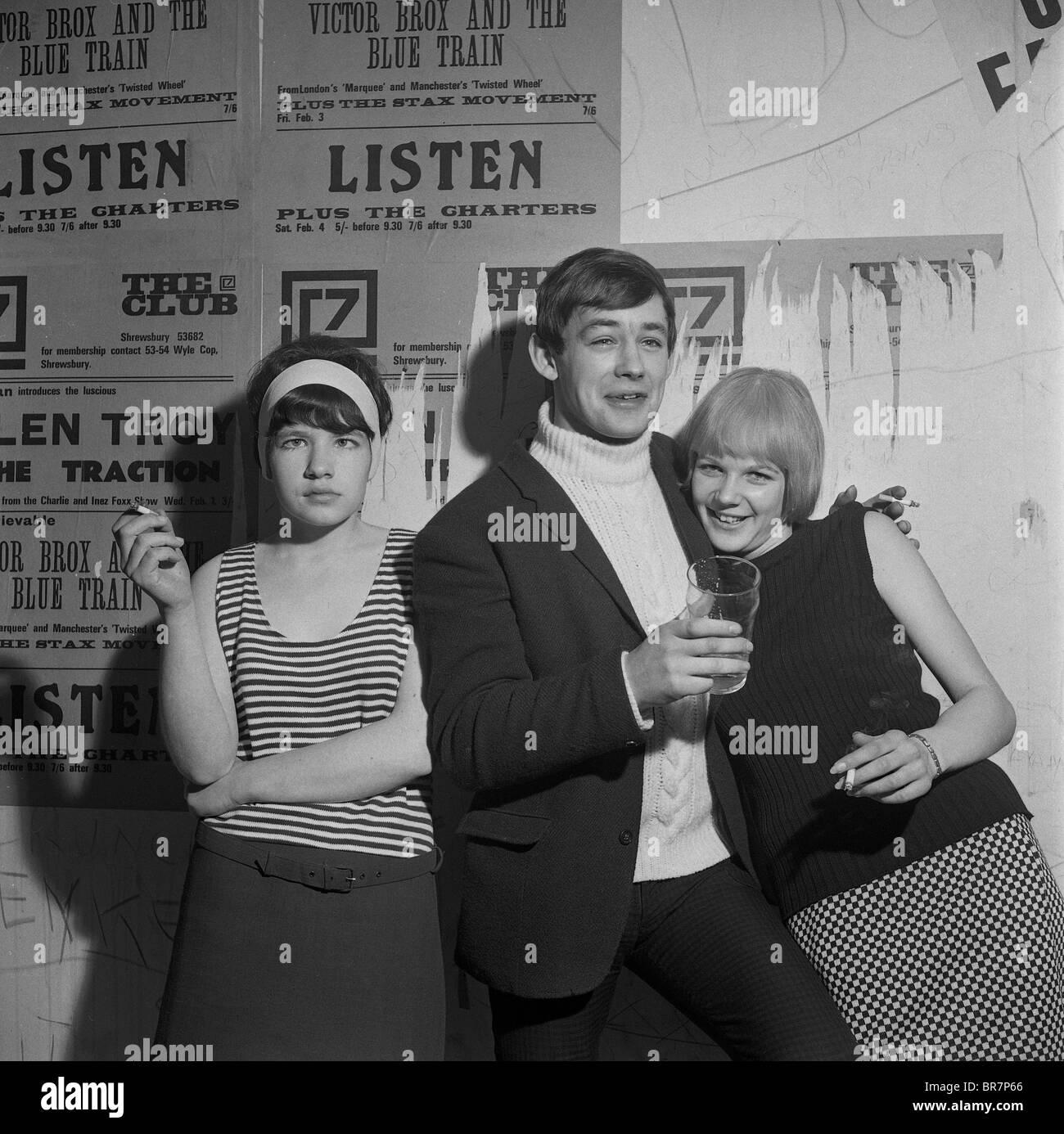 Los jóvenes beber y fumar en el Club 7 en Shrewsbury en 1967 Imagen De Stock