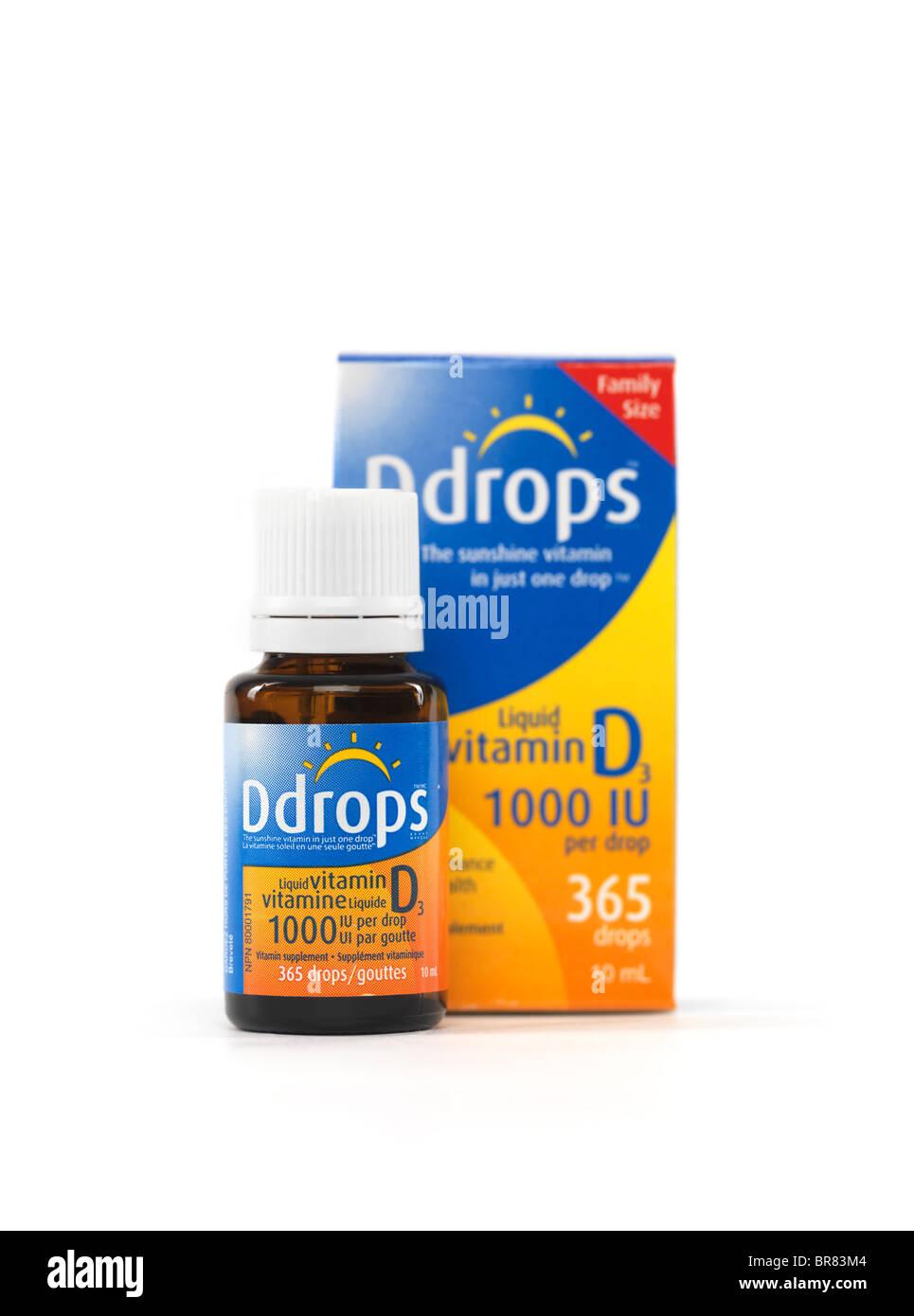 Gotas de vitamina D natural líquido Ddrops aislado sobre fondo blanco. Imagen De Stock