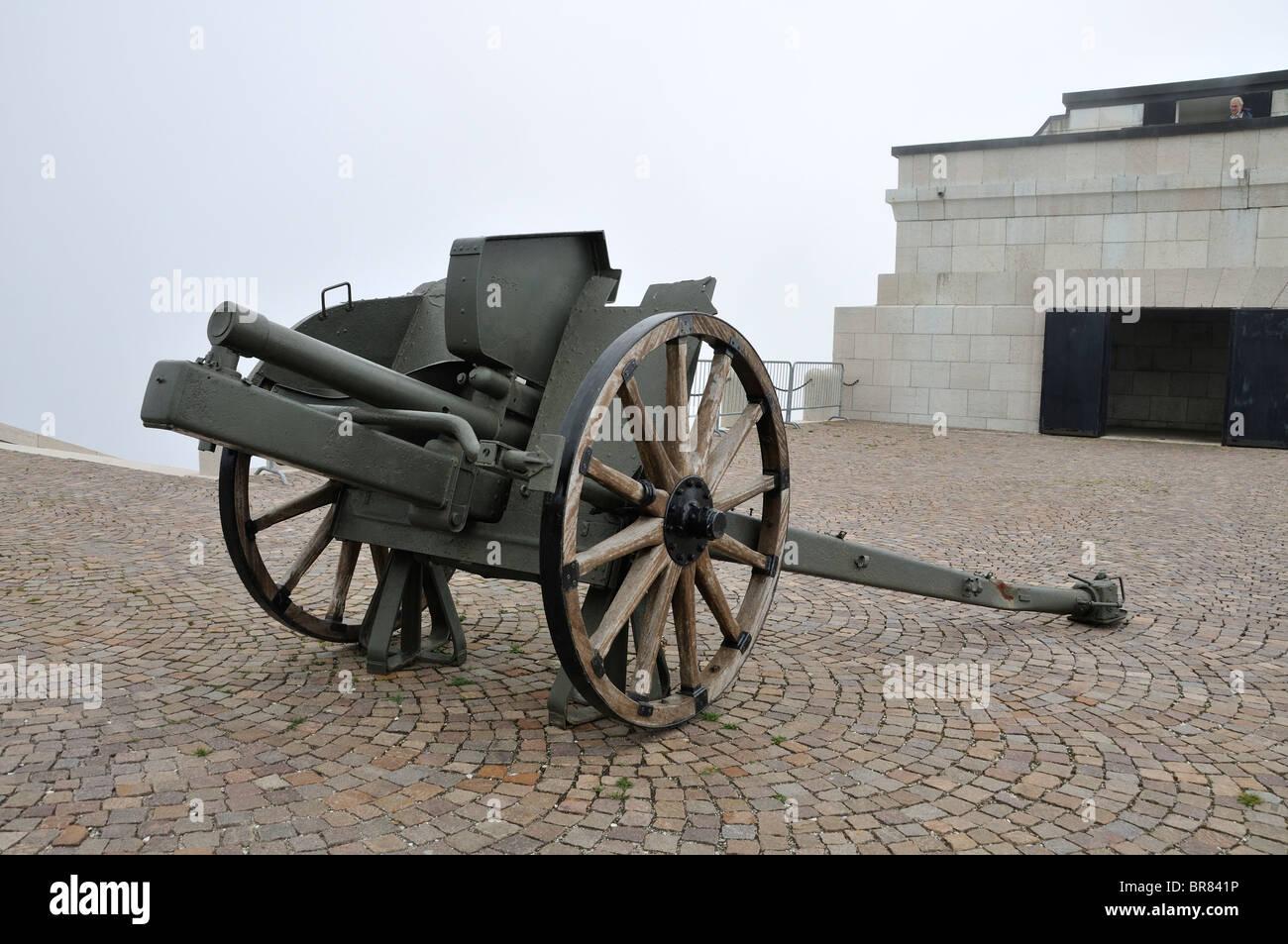 Cannon Ossarium Monte Grappa, Memorial de la Primera Guerra Mundial, Italia Foto de stock