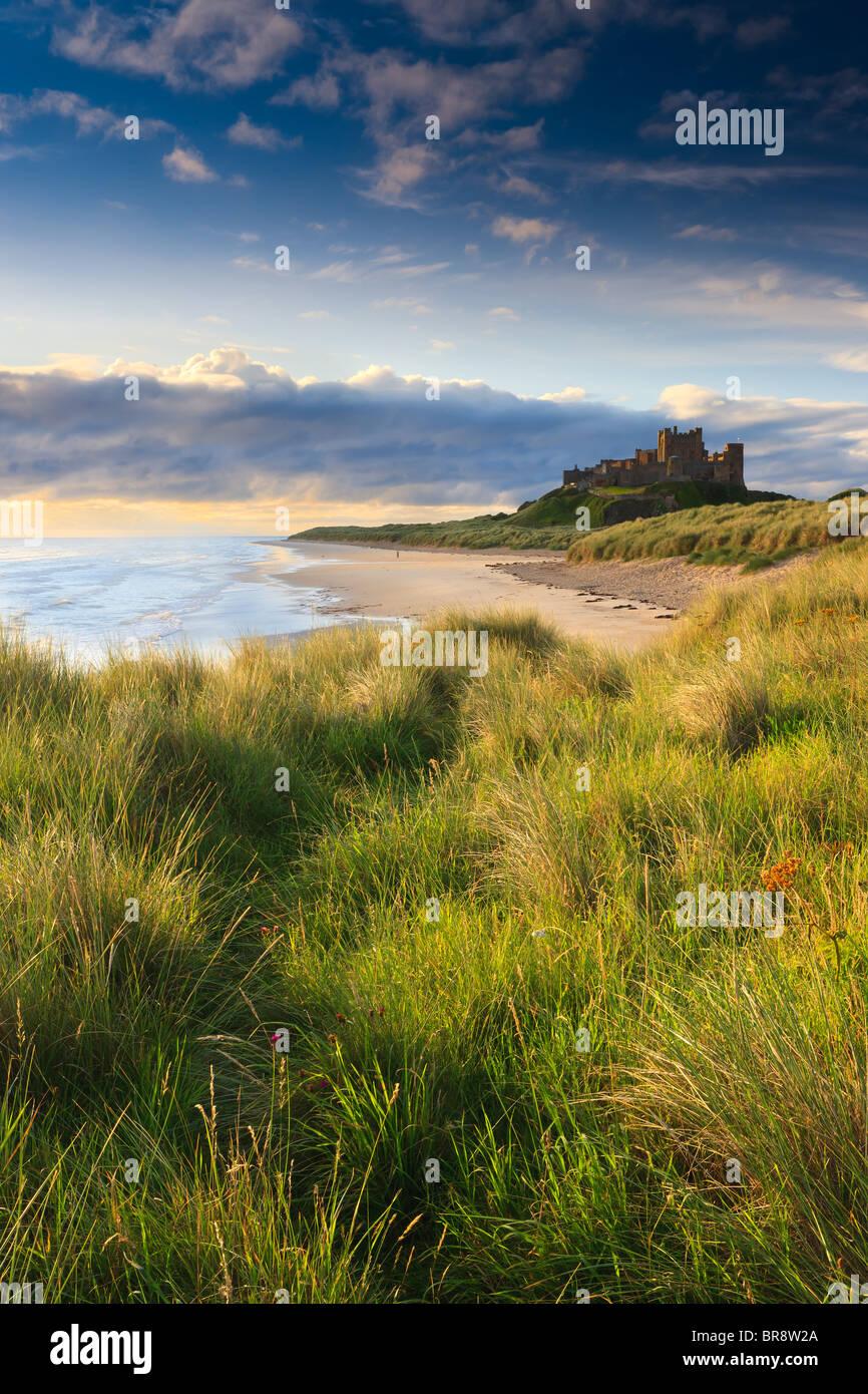 Bamburgh Castle al amanecer en la costa oriental de Northumberland, Inglaterra. Foto de stock