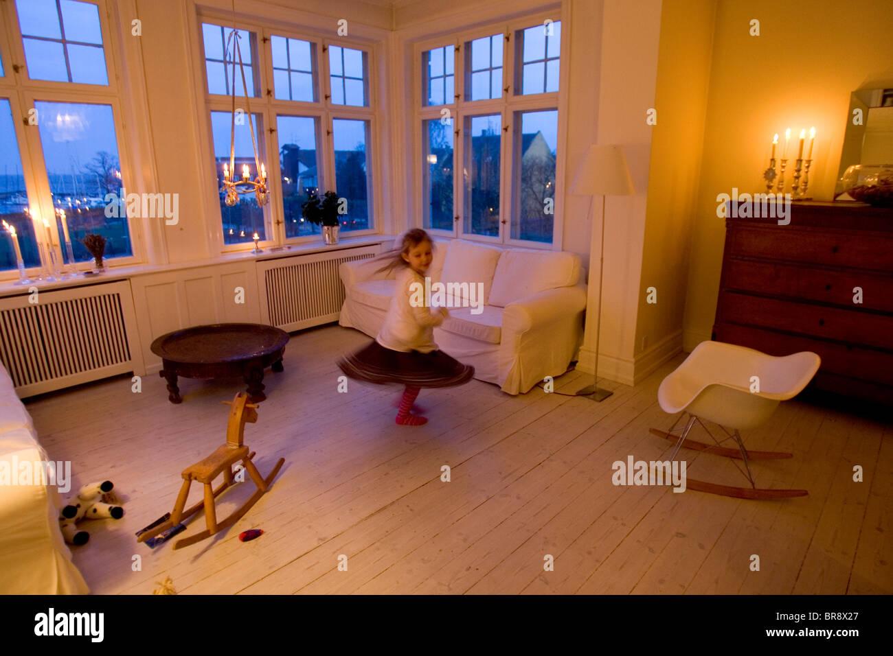 Una Joven Baila Sola En Un Rincón De Su Familia Del Apartamento En